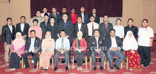 ZAIFULBAHRI Idris (duduk, empat dari kiri) pada Majlis Suai Kenal Calon Ahli Parlimen Belia Malaysia Negeri Sembilan di Dewan Kompleks Belia dan Sukan Paroi, Seremban, baru-baru ini.