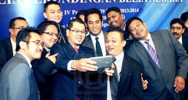 MENTERI Belia dan Sukan, Khairy Jamaluddin Abu Bakar (tengah) berselfie dengan sebahagian exco-exco Majlis Belia Malaysia selepas mempengerusikan Persidangan Majlis Perundingan Belia Negara Sidang IV Penggal ke-29 di Pusat Belia Antarabangsa, Kuala Lumpur, hari ini. -fotoBERNAMA