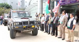 MOHD. NOR MD. SAID (tiga dari kanan) merasmikan upacara pelepasan peserta Jelajah Malaysia Pray For Gaza yang disertai 15 kenderaan pacuan empat roda di Putrajaya, semalam