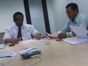 Sdr. Norizan Shariff berbincang dengan Sdr. Mohd Nor Mohd Nari, Timbalan Pengerusi Jawatankuasa Tetap Perindustrian,  Ekonomi dan Keusahawanan MBM