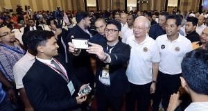 Perdana Menteri Datuk Seri Najib Tun Razak dan Menteri Belia dan Sukan Khairy Jamaluddin bersama para belia pada majlis Sambutan Hari Belia Negara 2015 dan Pelancaran Dasar Belia Malaysia semalam. - Foto Bernama